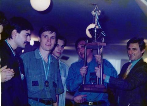 Сборная Казахстана с кубком за второе место на Командном Чемпионате Мира среди молодежи